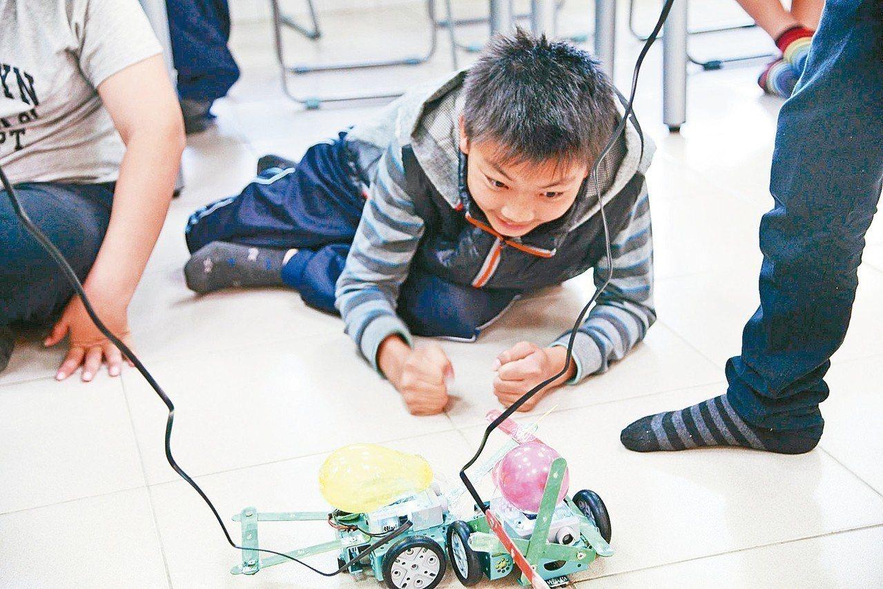 台南山上國中學生,假日衝到學校教室,和同學一起「玩機器人」。 關懷台灣文教基金會...