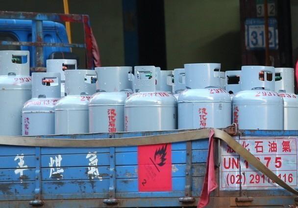 網友抱怨遇到奧客,20公斤瓦斯搬上六樓被嫌貴,只能白跑一趟。示意圖/聯合報系資料...