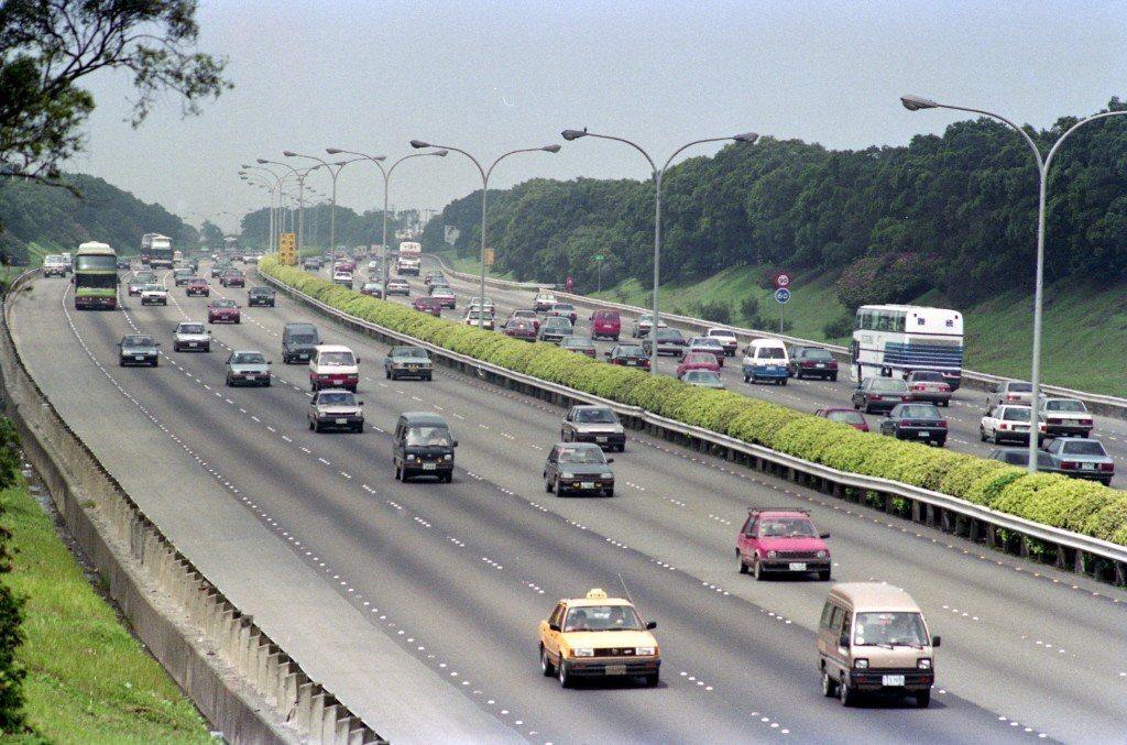 交通部長吳宏謀表示,今年中秋節將試辦國道日間部分時段免費,鼓勵用路人白天開車上路...