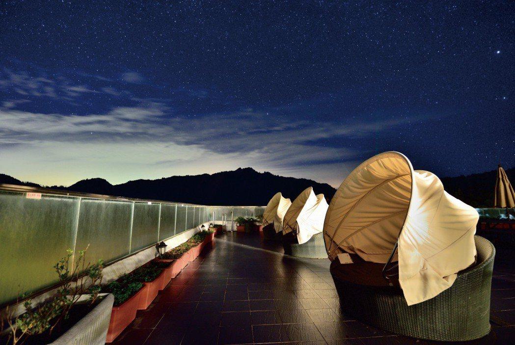 位於海拔二千公尺以上的阿里山賓館觀景平台因無光害且地處空曠,非常適合親子一同觀星...