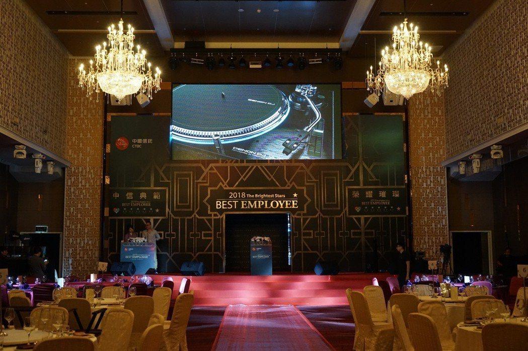 首創「巨型無縫對開LED舞台電視牆」讓數位多媒體科技導入商務活動運用,取代傳統投...