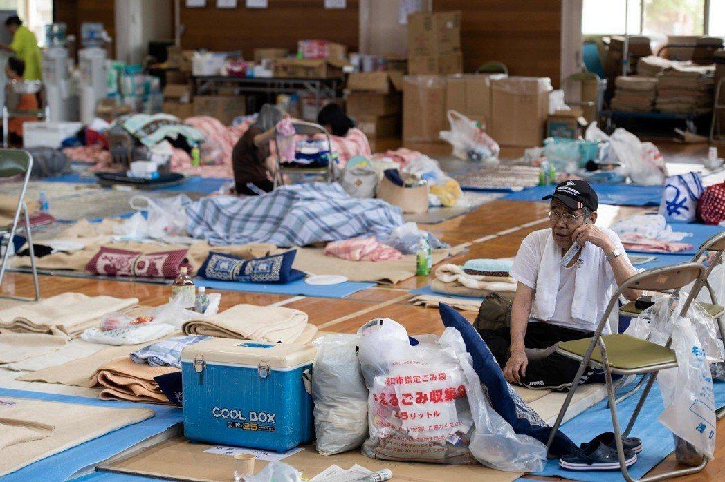 沒水沒瓦斯、現在氣溫炎熱的災區,卻還是會收到令災民頭痛的捐贈物,例如生鮮食材、冬...