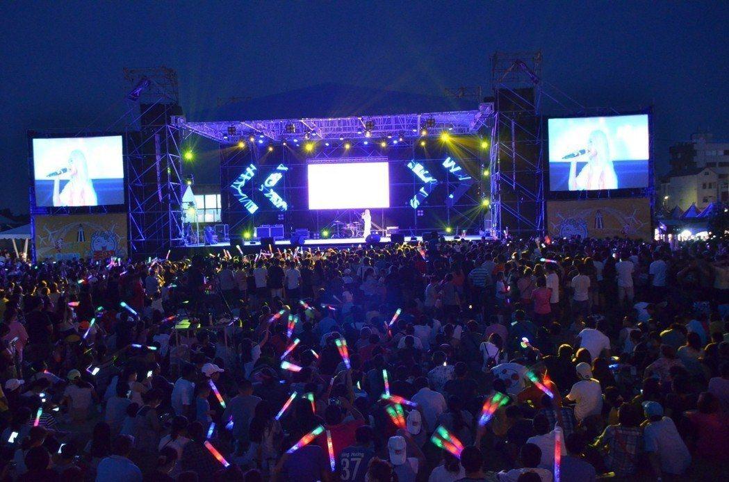 王功漁火節晚會是花錢找歌手來表演,幾乎每名歌手唱完就走。 記者何烱榮/攝影