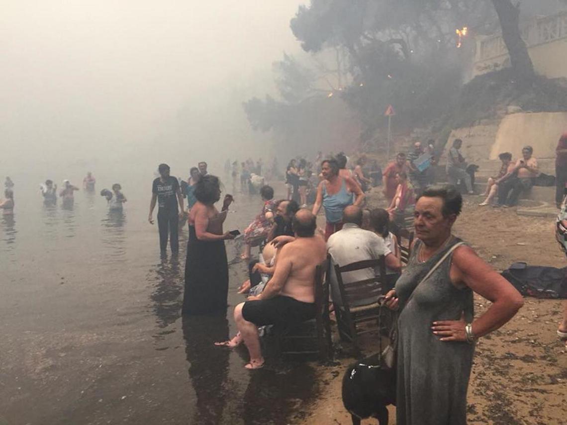 跳海逃生,等待救援的700多名馬蒂村村民。 圖/路透社
