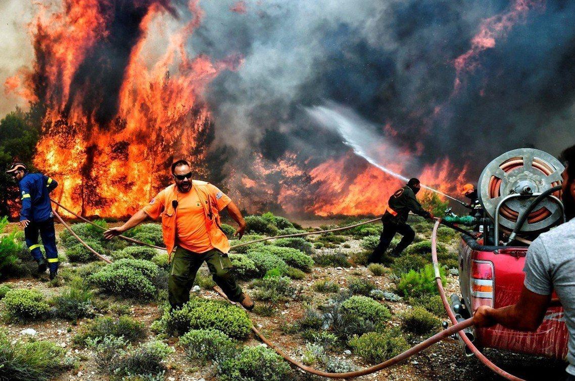 另一失控火場,雅典西區的金內塔市。 圖/法新社