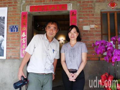 自由攝影師許震唐(左)紀錄台西村30年,與村民攜手催生「台西村影像館」,文化局副...