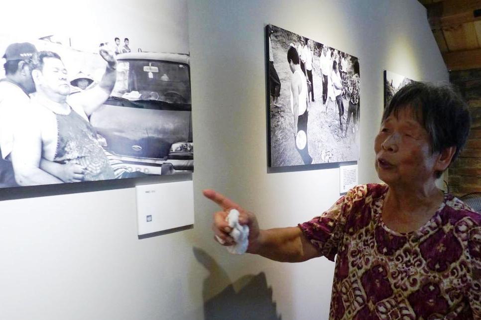 村民蔡惠珍看到影像館內展出的老照片,很有感觸。 記者凌筠婷/攝影