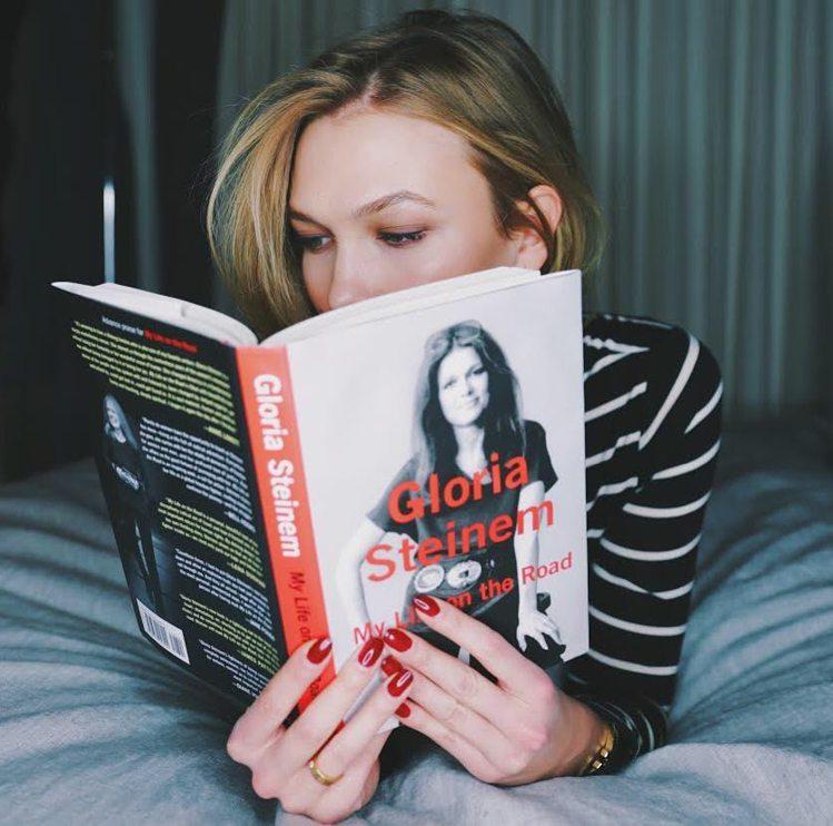 Karlie Kloss熱愛閱讀。圖/擷自instagram