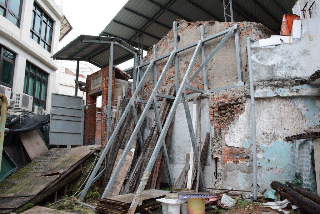 古蹟施家古厝掀開屋頂進行修復工程,6年至今仍讓古蹟在風雨中毀損。 圖/聯合報系資料照