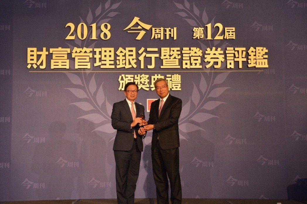 今周刊發行人謝金河(右)頒發獎座,元富證券總經理李明輝代表受獎。  元富/提供。