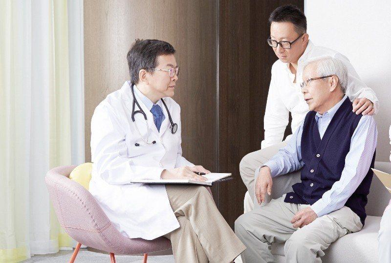北投健康管理醫院院長蔡清標(左)為院方拍攝其與受檢者病互動的形象照。業者/提供 ...