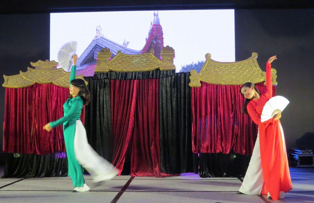婀娜多姿的越南國服舞。 李福忠/攝影