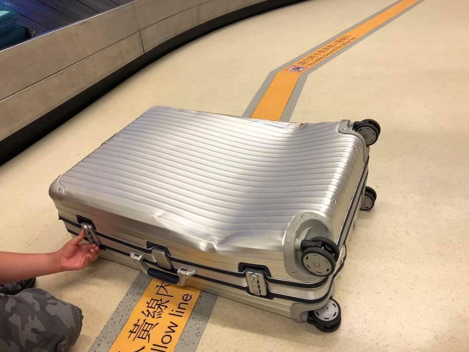 網友發文表示行李箱經航空公司托運後,發生嚴重變形。圖擷自爆料公社
