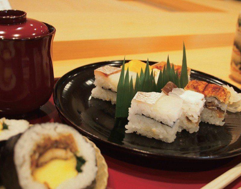 「箱壽司和吉野卷」。永遠忘不了第一次見到這裡的箱壽司時的衝擊感。