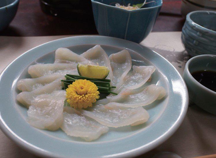 完美的河豚生魚片讓人情緒高漲。