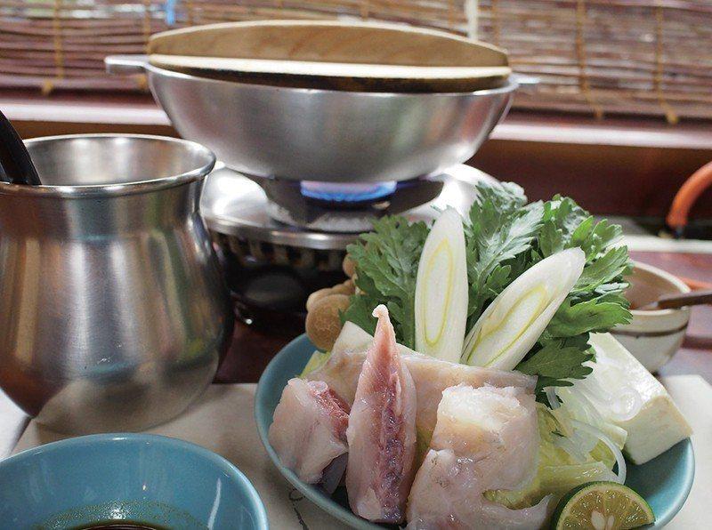 魚雜碎上菜之後,也差不多輪到河豚什錦鍋上菜了。讓人感覺年代久遠的火爐和厚重鋁鍋十...