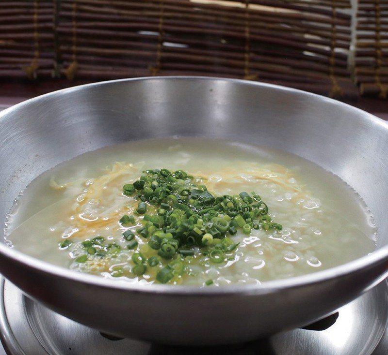 已融入河豚精華的美味雜炊,配上蔥和海苔後飽餐一頓。