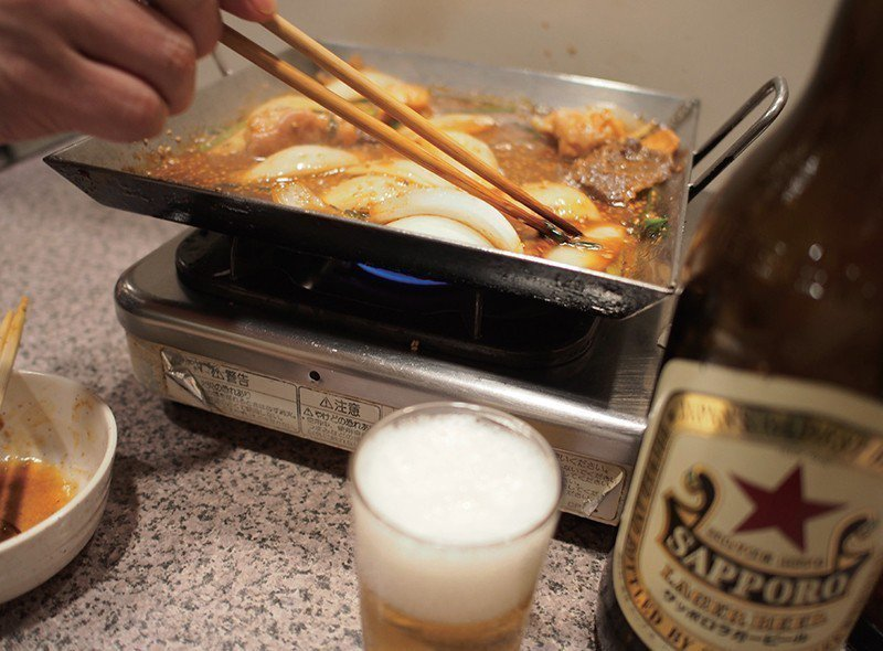 點了瓶裝啤酒後,端出來的是SAPPORO拉格啤酒,沒想到意外地搭配平盆鍋的濃郁味...