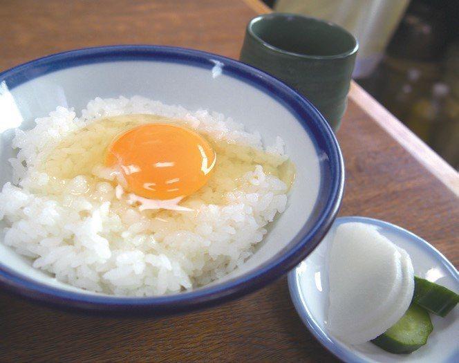雞蛋拌飯的蛋色,和放入肉吸湯的水煮嫩蛋不同,但都非常美味。