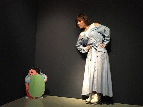 「鐵肺女王」李佳薇一身藍色露肩長裙,趁著宣傳期空檔,25日現身《五月女桂子的逆襲特展》,展覽現場有超過30個拍照場景,等比例公仔也是首度展出,現場更有插畫家五月桂子手繪原稿,李佳薇一看到各種KUSO...