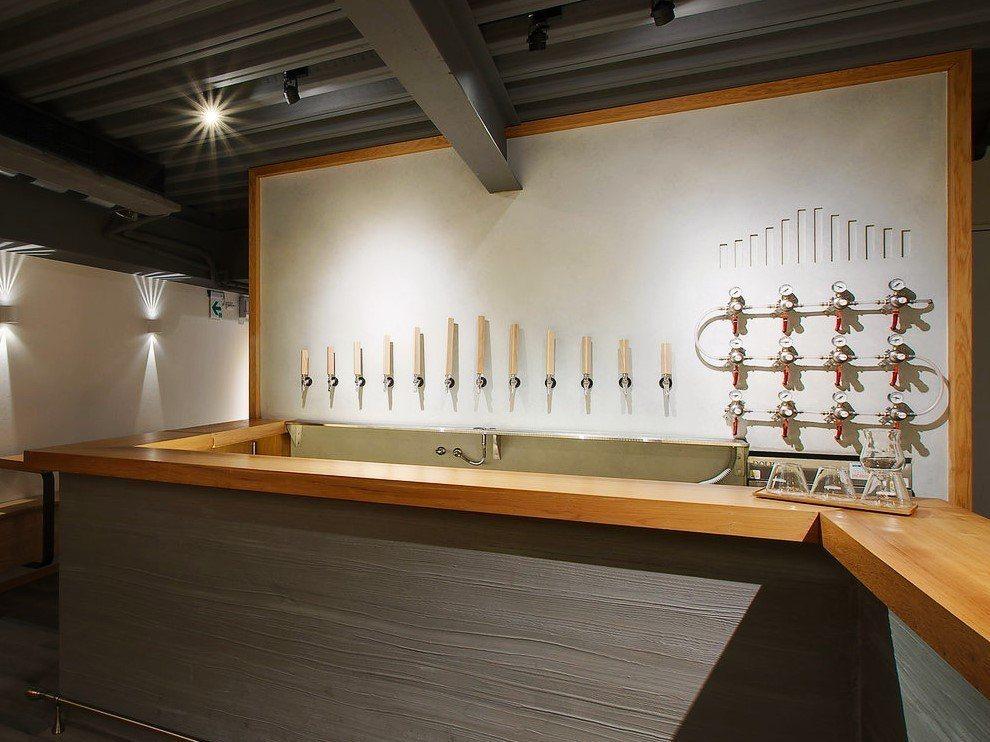 (圖/台灣旅行趣) ▲牆上長短不一的木柄分別是12之不同的精釀啤酒,種類還會隨季...