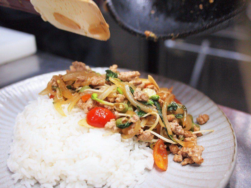 (圖/台灣旅行趣) ▲主餐份量不少,現做料理只要兩百不到的價格是CP值首選