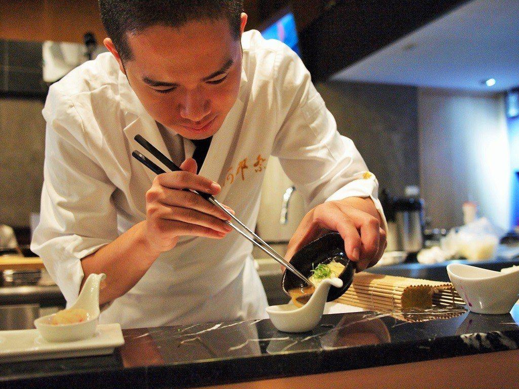 (圖/台灣旅行趣) ▲板前的位置可以欣賞師傅料理的過程