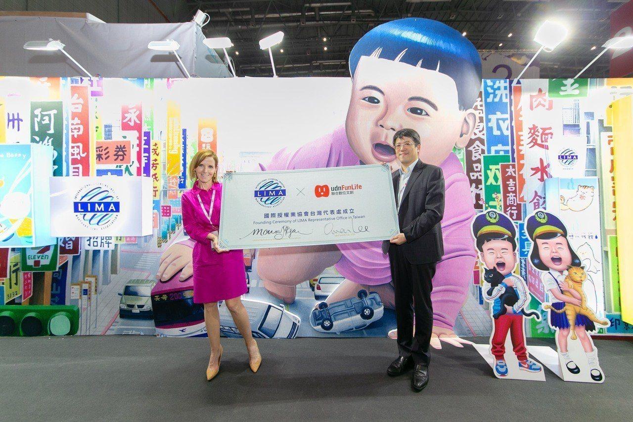國際授權業協會主席Maura Regan與聯合數位文創董事長李彥甫共同簽署台灣代...