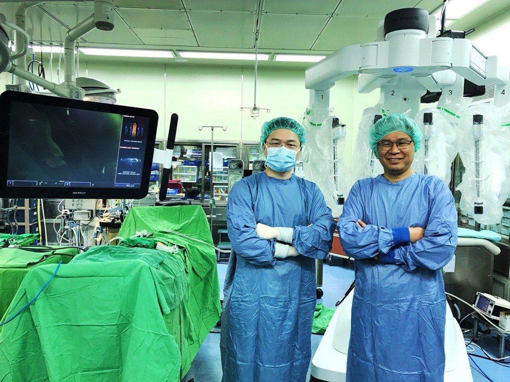 童綜合醫院在副院長歐宴泉(右)帶領下,達文西機械手臂手術獨步全台,最近更引進全台...