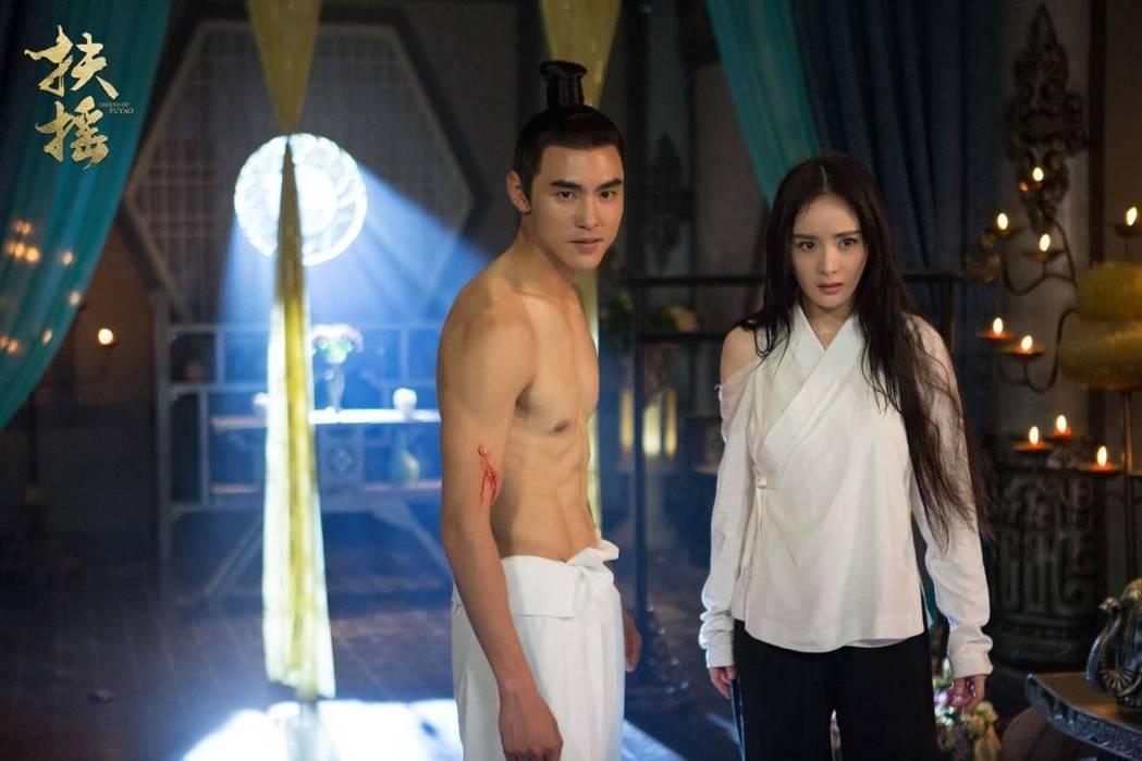 阮經天(左)在「扶搖」中有不少裸露戲。圖/愛奇藝台灣站提供