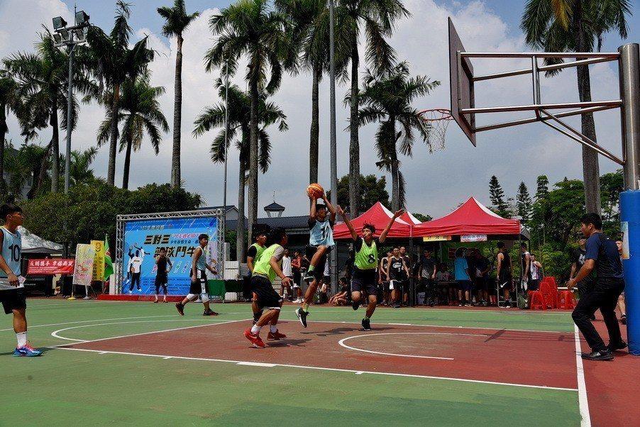 台灣最近高溫濕熱,籃球等激烈運動需適時補充水分,以免出現熱衰竭等傷害。圖/南投縣...