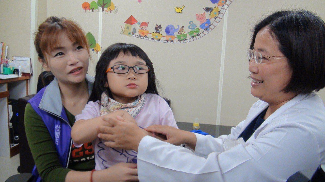 高雄長庚兒童神經科主任洪碧蓮(右)一手催生兒童神經罕病中心,嘉惠罕病兒及其家人。...