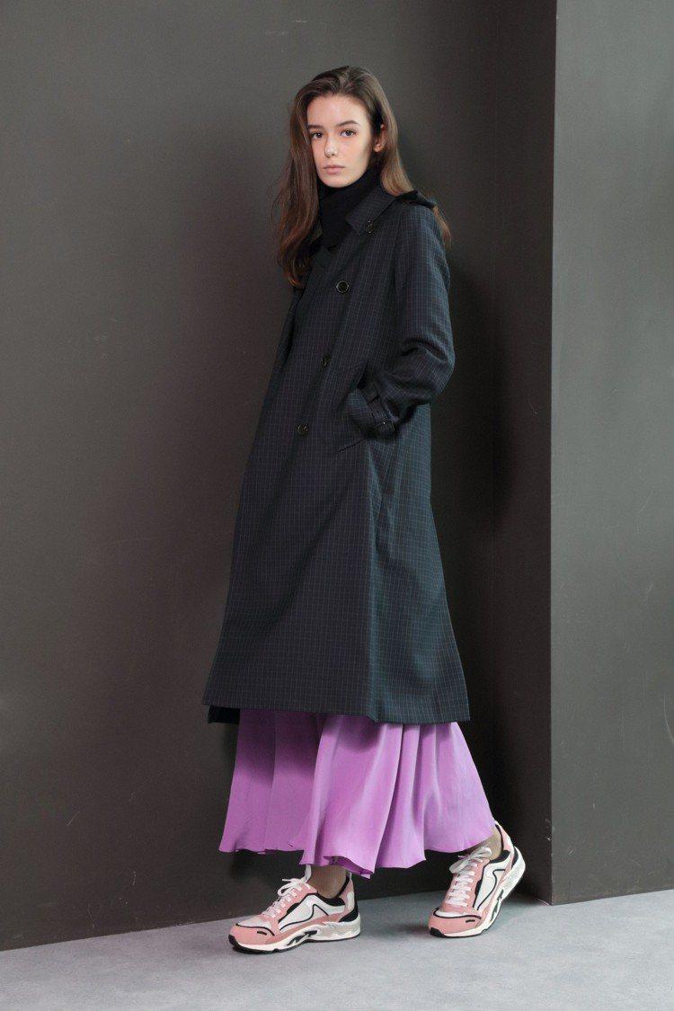 Sandro大衣、洋裝皆價格店洽、襪子1,160元、鞋子9,050元。圖/San...