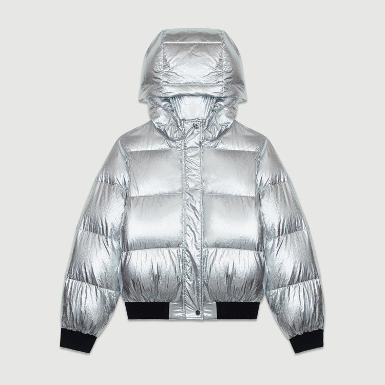 銀色連帽羽絨外套,售價18,320元。圖/Maje提供