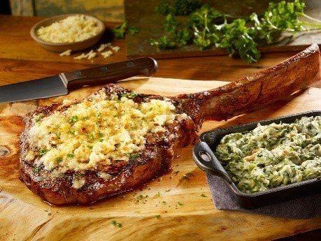 FRIDAYS台茂餐廳限定主打菜色,特選戰斧牛排佐辣根乾酪,售價3,980元。圖/台茂購物中心提供