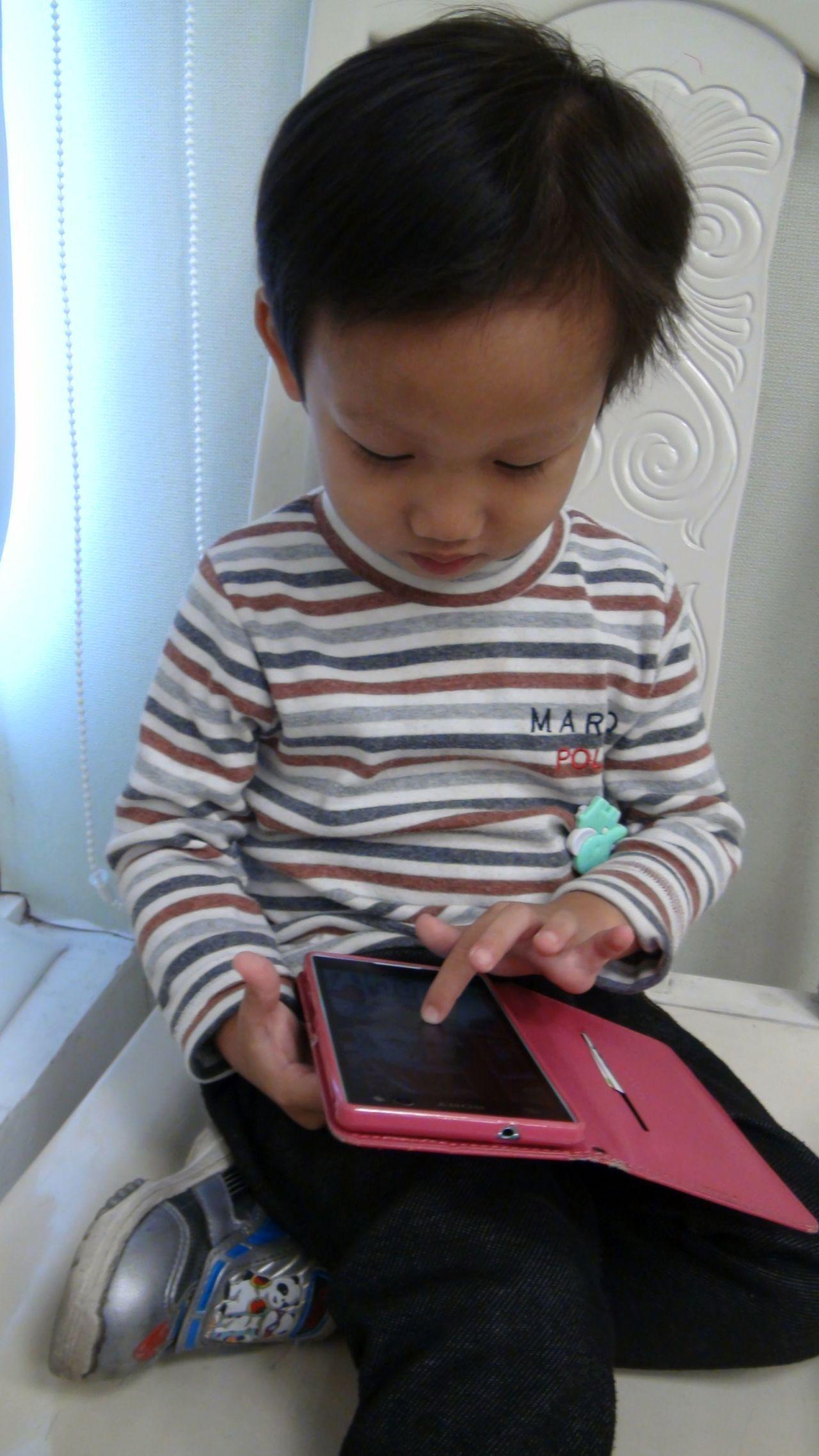 醫師提醒家長,3C產品傷眼,孩子從幼稚園起近視,每年至少會增加100度的度數,且...