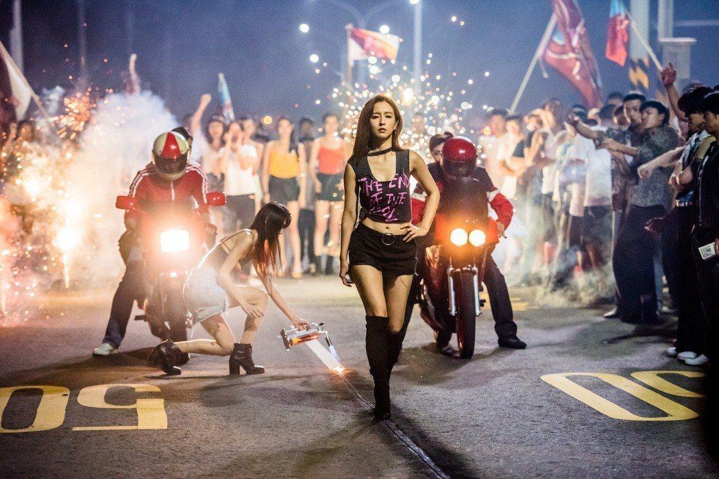 周曉涵特別演出「鬥魚」電影版身穿熱褲辣翻全場。圖/多曼尼提供