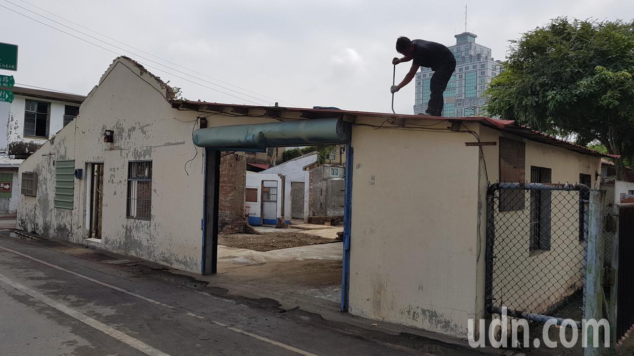 苗栗市鐵路一村宿舍群進行保溫計畫,連日來拆除清理傾頹、具危險性的屋頂、編泥牆等,...