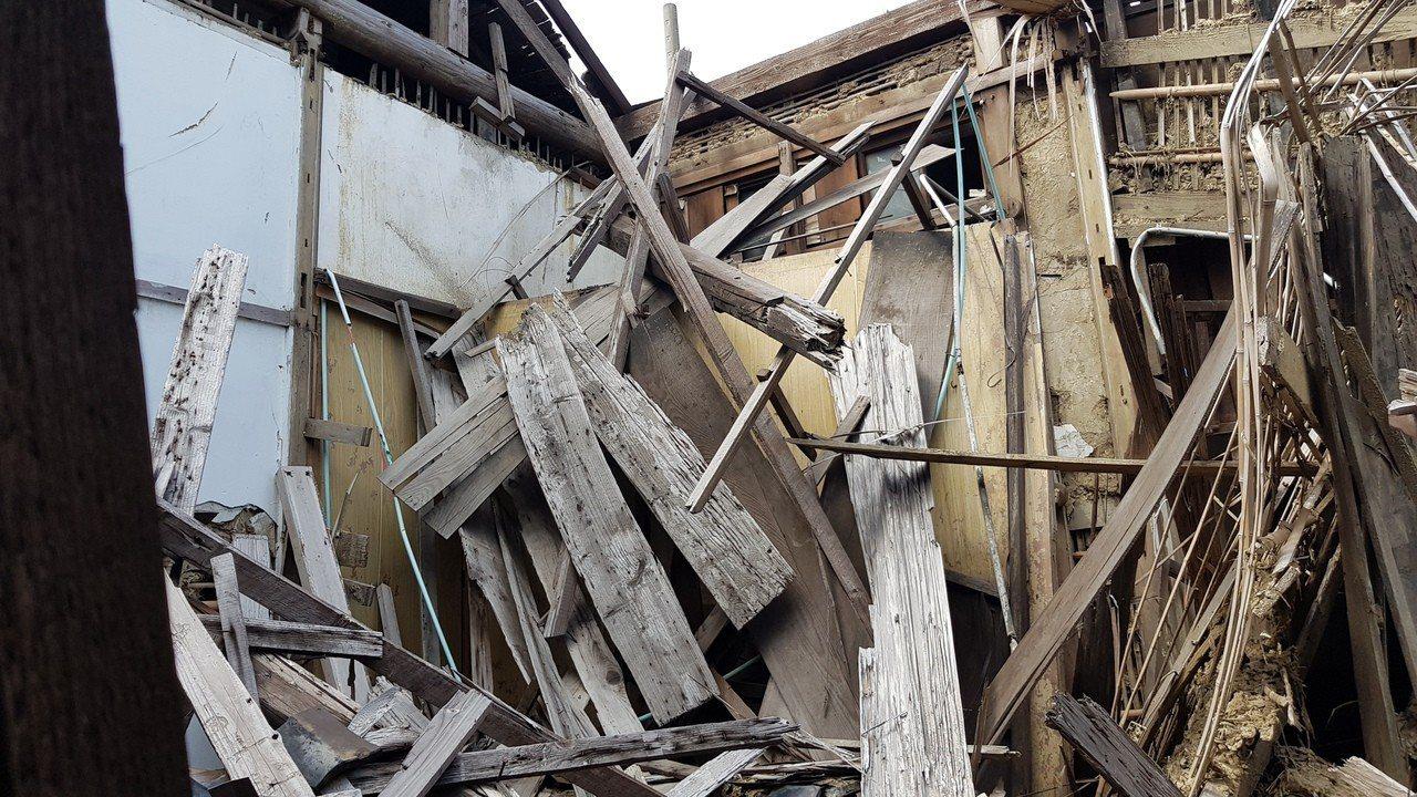 鐵路一村舊宿舍許多木造結構包括屋頂、梁柱、編泥牆等,都腐朽、毀損嚴重,隨時可能坍...