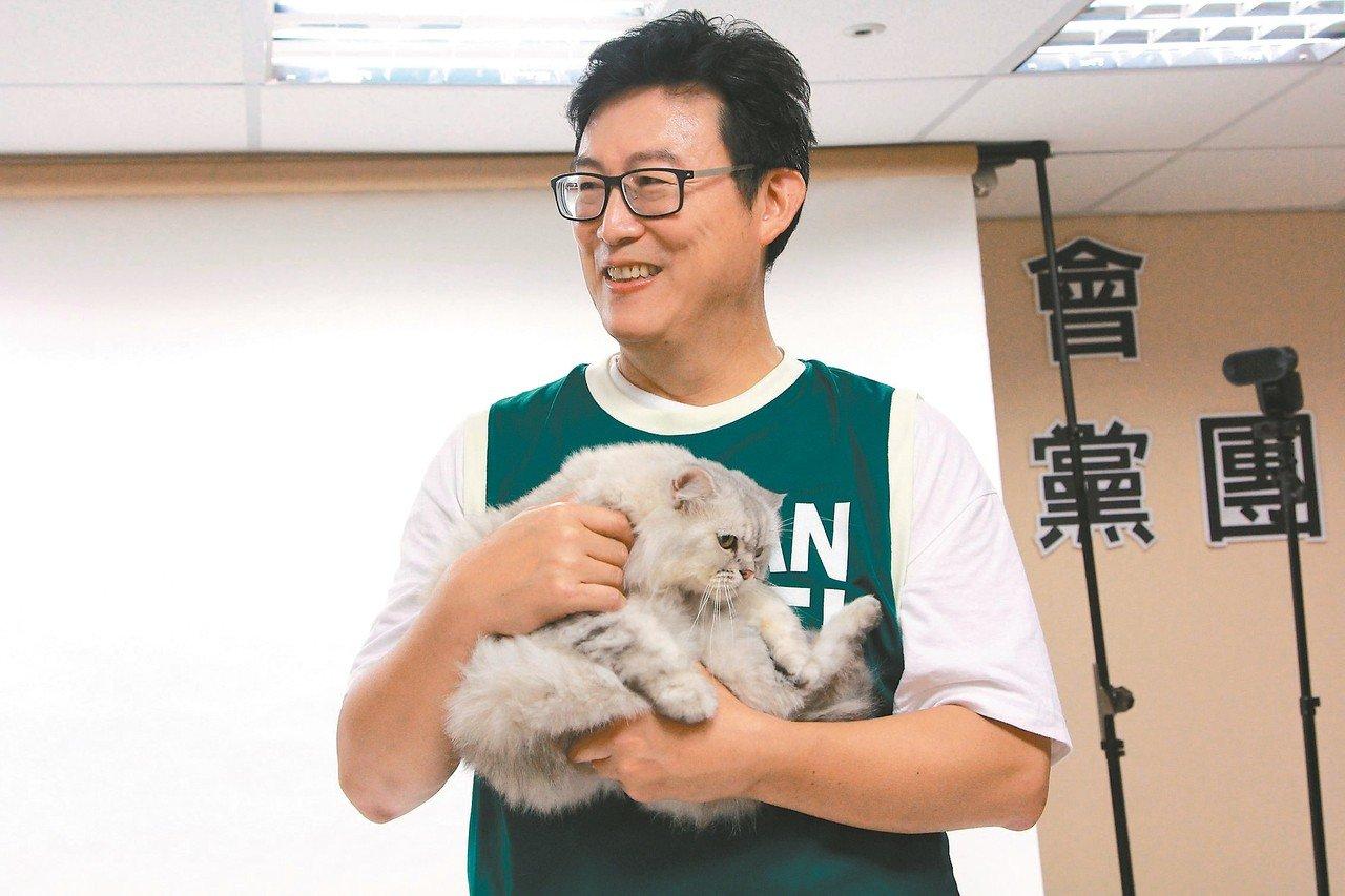 民進黨台北市長參選人姚文智昨天跟黨內議員參選人拍攝定裝照,愛貓Togi成焦點。 ...