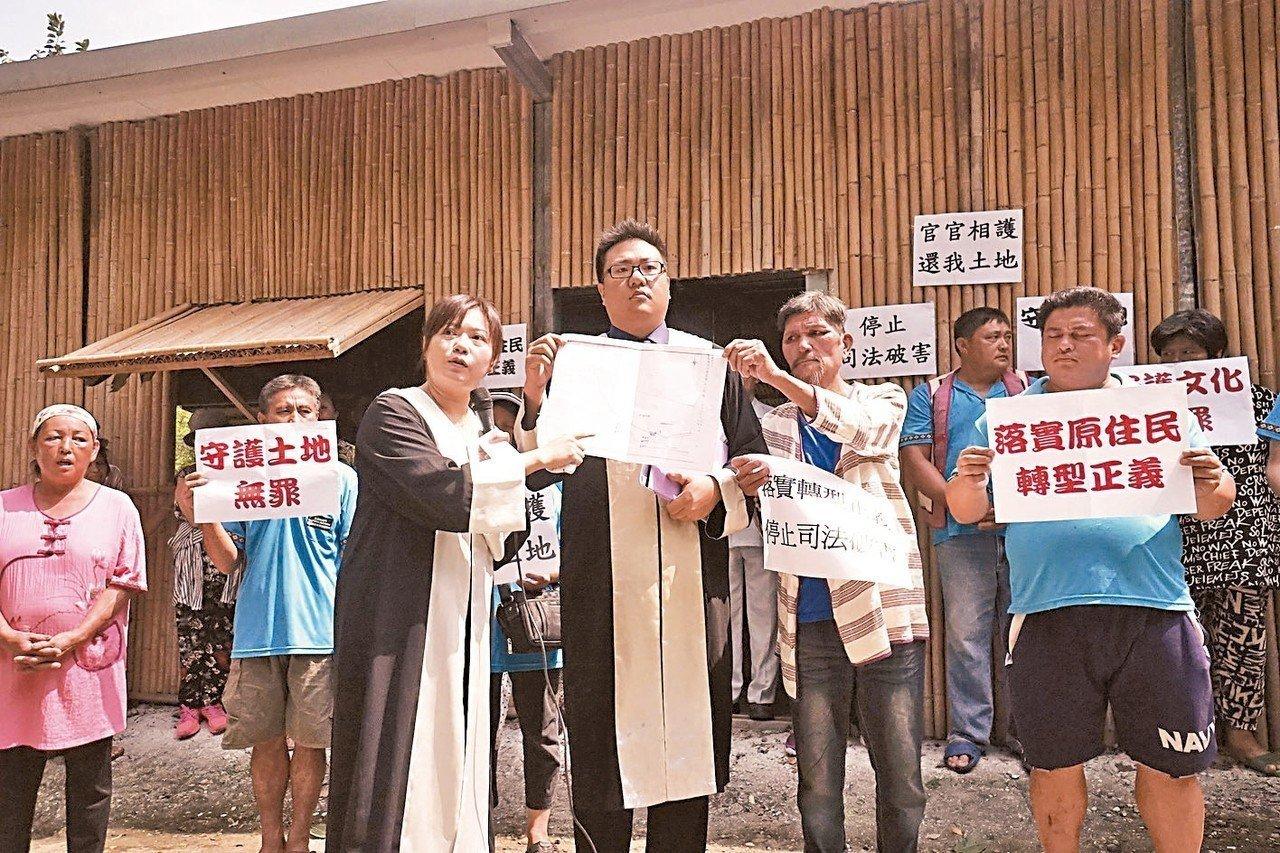 法扶律師陳采邑(前排左)。 記者王燕華/攝影
