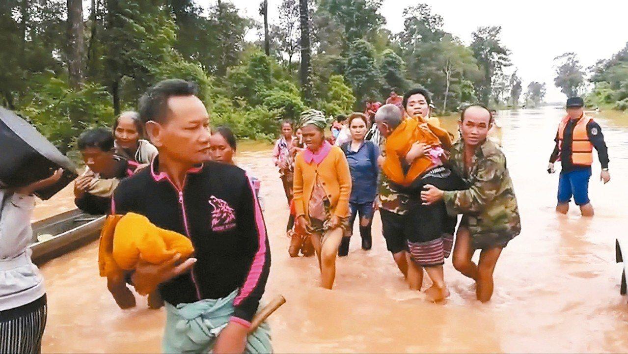 寮國偏遠地區一座興建中的水壩崩塌,已證實至少造成27人喪命。 路透