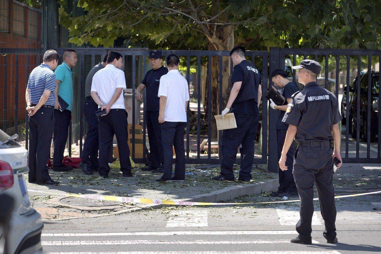 北京美國大使館附近26日傳出爆炸,官員及公安出現在現場。美聯社