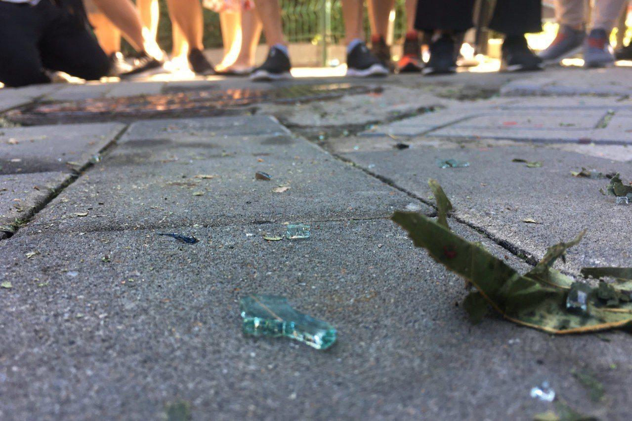 北京美國大使館爆炸現場附近有散落在地的碎玻璃。路透