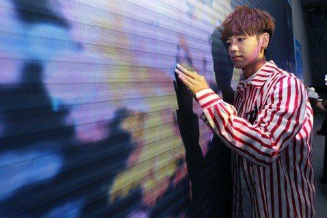 鼓鼓26日到華山1914文創園區欣賞「光影東京!360°夢幻視覺系特展」,他去日本超過20次,熱愛逛街購物買家電,還曾一趟花超過台幣10萬元血拚,更對東京街景如數家珍,「展覽用投影的方式將街景呈現在...