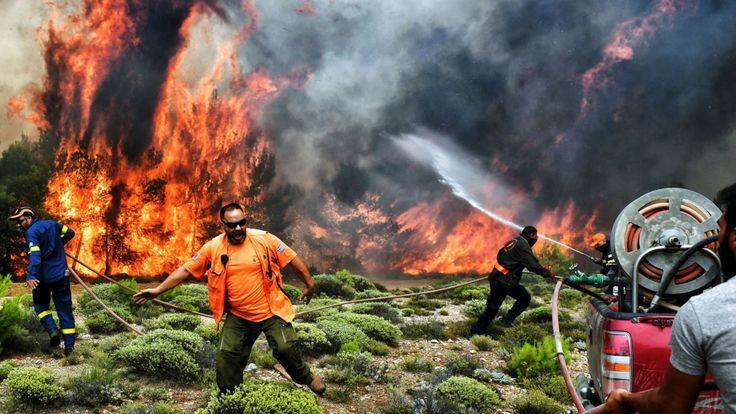 希臘消防人員近幾日忙著在強風中對抗林火。 (翻攝自網路)