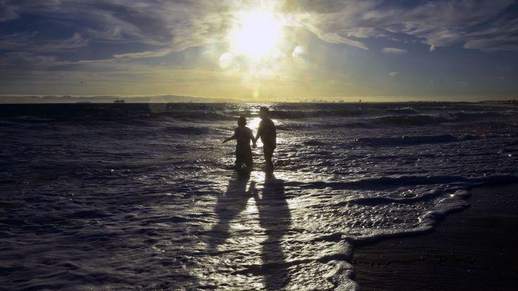 美國西南部熱浪來襲,黃昏時人們到海邊戲水。 (翻攝自網路)