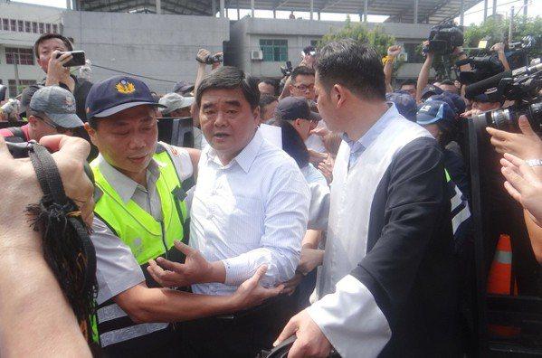 本月10日,張榮味在群眾簇擁下步入雲林地檢署報到。 圖/聯合報系資料照片