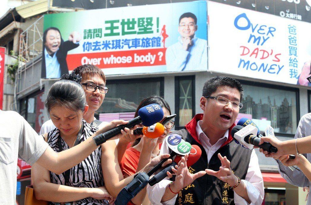 徐弘庭在王世堅隔壁掛看板反諷。 圖/聯合報系資料照片