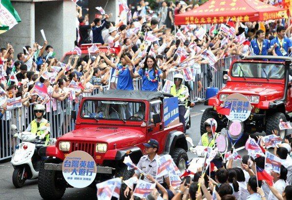 2017年8月,為慶祝世大運好成績,舉辦「台灣英雄大遊行」,為選手們喝采。 圖/...